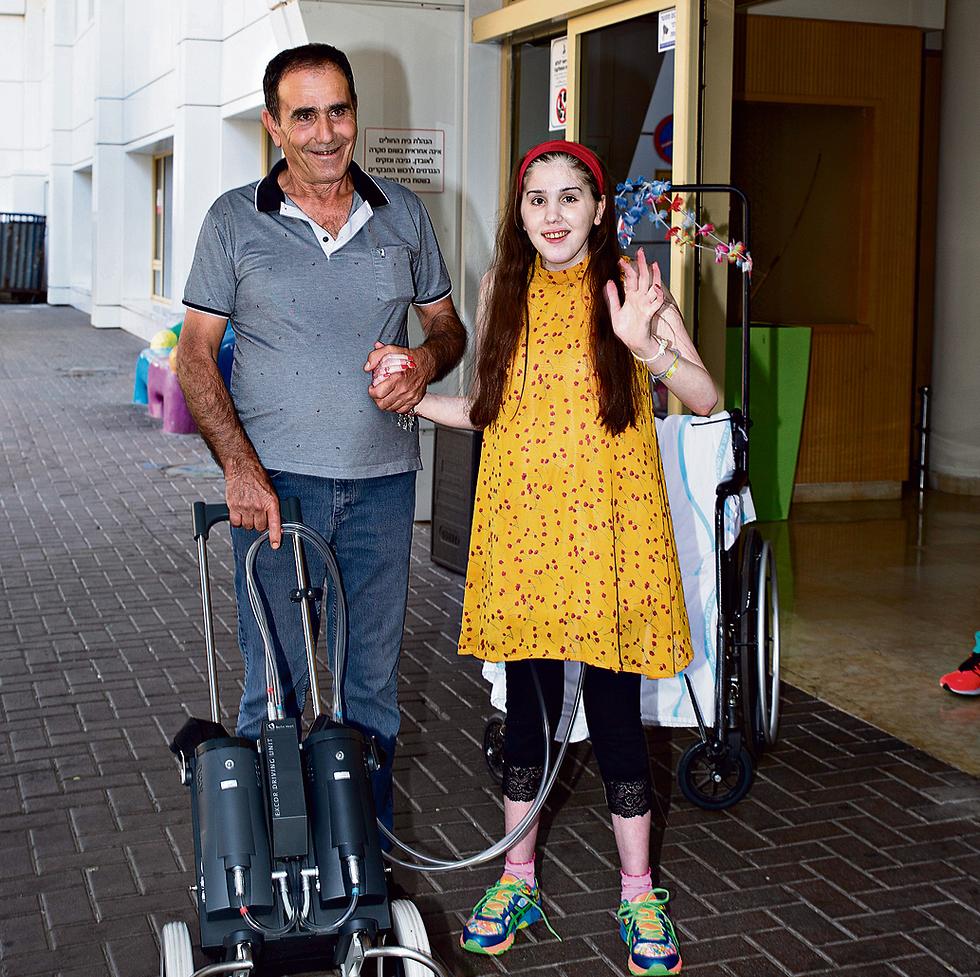 Рирам, ее отец и сердце в чемодане. Фото: Авигайль Узи