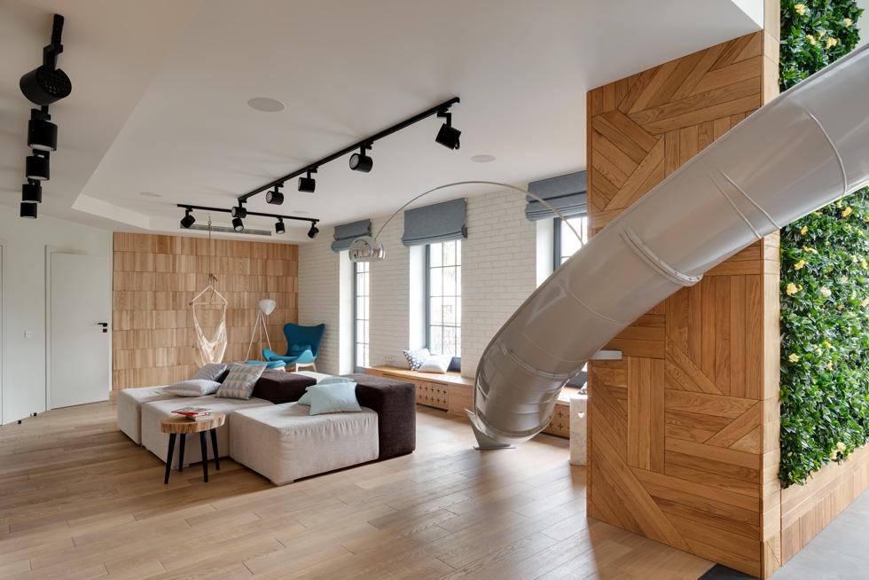 האתגר היה להפוך את הקומה השנייה - שהייתה חלל פתוח ולא שימושי במיוחד - לפעילה, ולחבר אותה ליתר הבית בטבעיות (צילום: Serhii Savchenko)