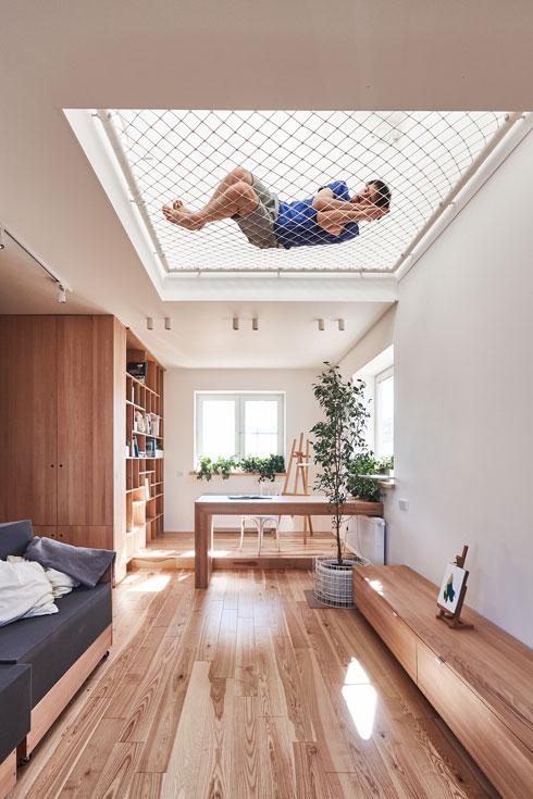 ערסל אלסטי המשמש כאזור מנוחה, רביצה, משחק וקריאה, וגם פותח את הקומה התחתונה לחלון הקבוע בגג (צילום: Ruetemple)