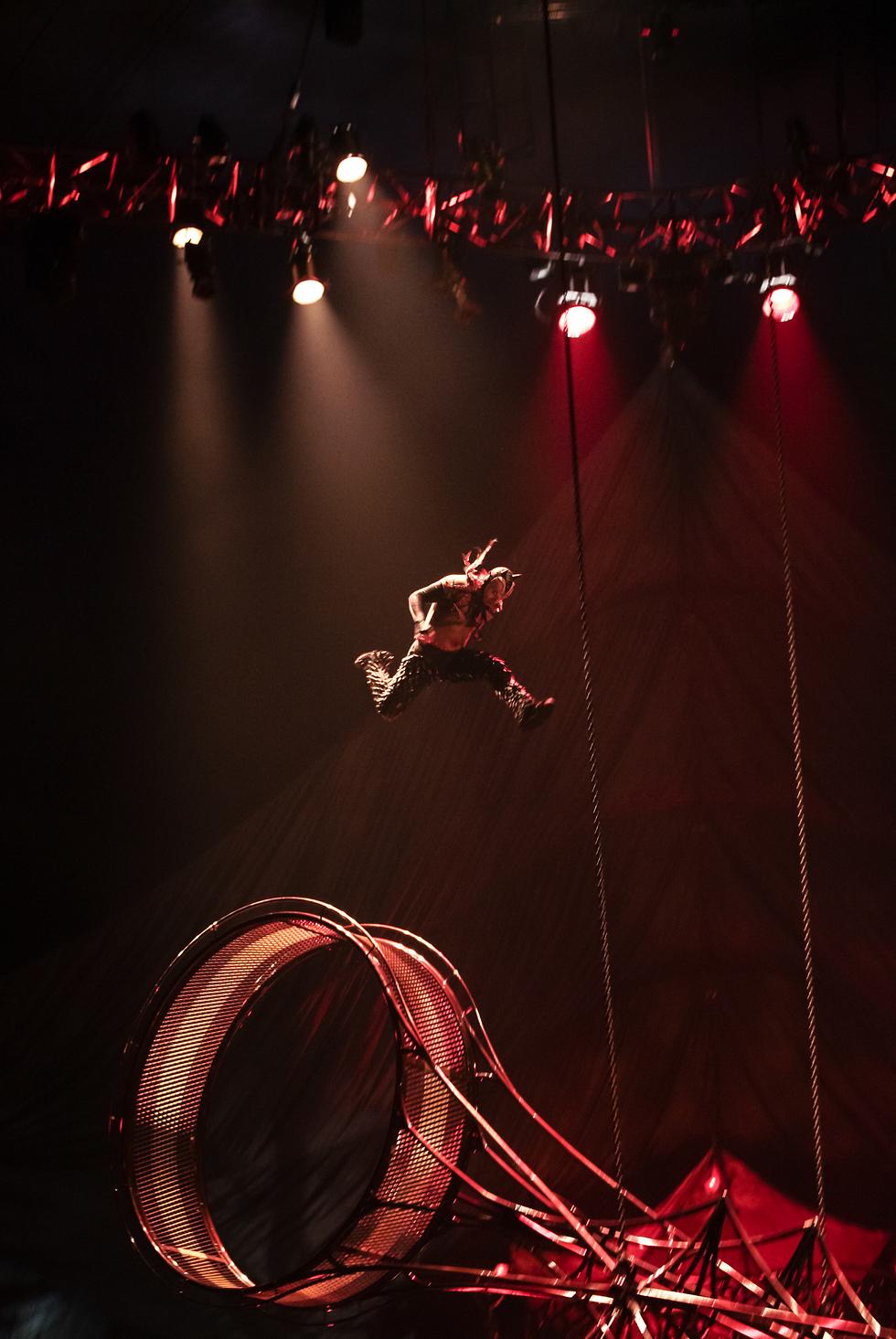 סירק דה סוליי (צילום: Matt Beard Costumes: Marie-Chantale Vaillancourt ©2012 Cirque du Soleil)