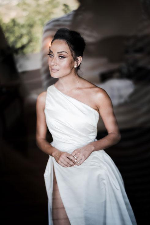 בחתונה הראשונה: אנה ארונוב בשמלת הכלה הא-סימטרית שעיצבה דנה הראל (צילום: שי אשכנזי)