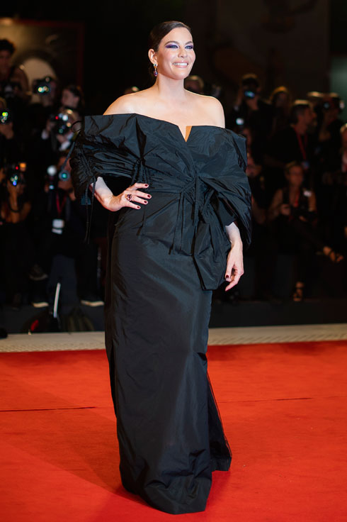 ליב טיילר לובשת ז'יבנשי (צילום: AP)