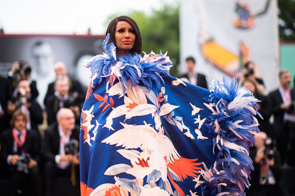 לא כל אחת יכולה ללבוש שמלה כה דרמטית. אימאן בפסטיבל הסרטים בוונציה (צילום: AP)