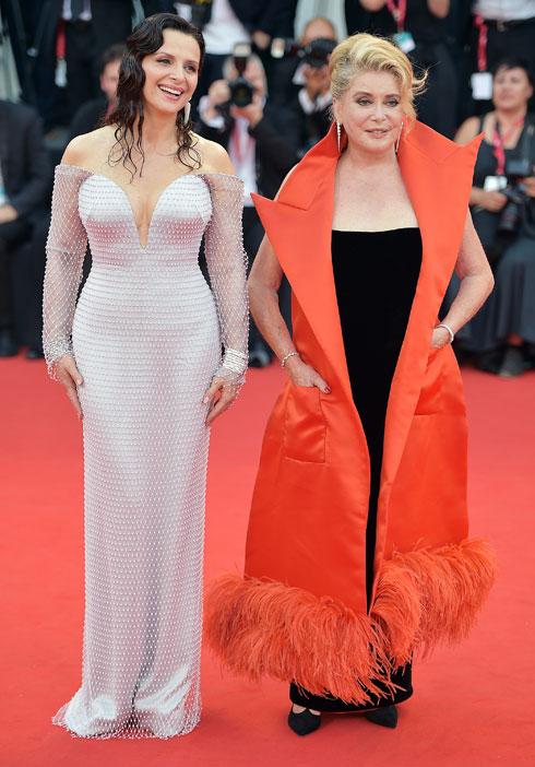 קתרין דנב לובשת ז'אן פול גוטייה וז'ולייט בינוש לובשת ארמאני פריווה (צילום: Theo Wargo/GettyimagesIL)