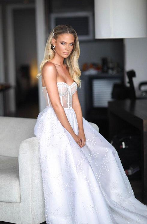 פתחה את החתונה בשמלת מחוך נסיכותית. בר זומר (צילום: אורי חיון)
