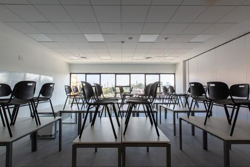 הכיסאות עדיין על השולחנות, ממתינים לראשוני התלמידים שיתיישבו עליהם (צילום: דור נבו)