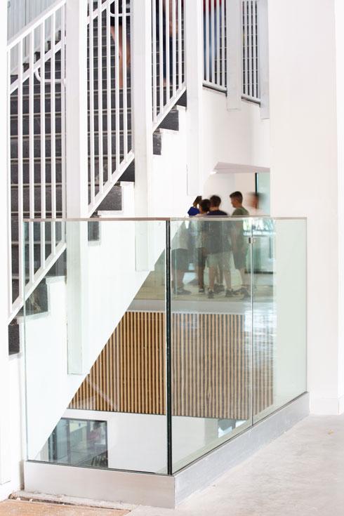 אחד מגרמי המדרגות בבית הספר החדש. השקעה כספית שרק עיריית ת''א-יפו מסוגלת לבצע (צילום: דור נבו)