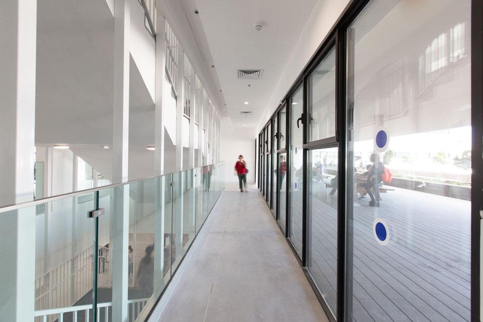 מעברים בין הקומות ויציאה החוצה (צילום: דור נבו)