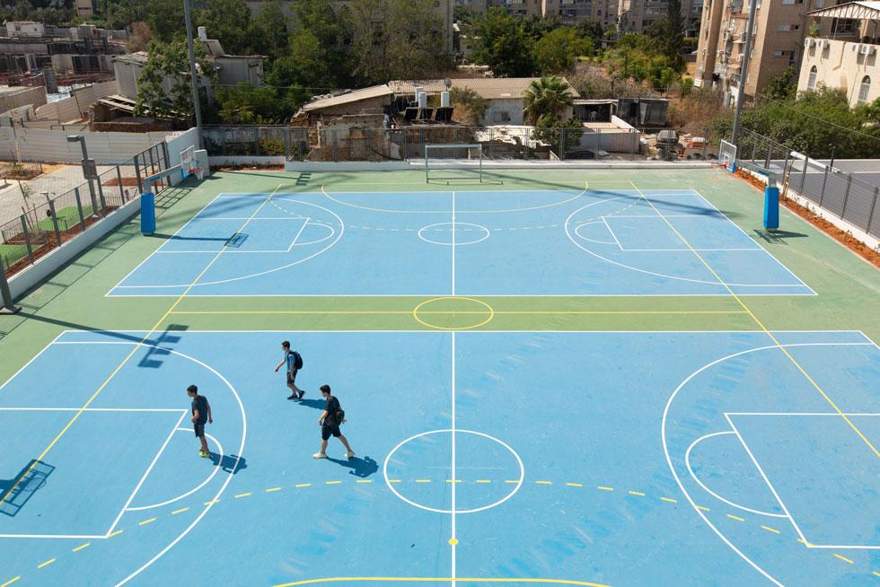 מגרשי הספורט. בעוד שלוש שנים אמור להצטרף גם אולם ספורט, ששטחו בינתיים משמש כרחבת חניה (צילום: דור נבו)