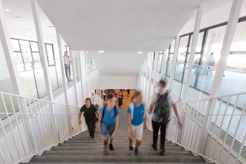 רגע כניסת התלמידים לבית הספר הטרי, ביום שלישי שעבר (צילום: דור נבו)