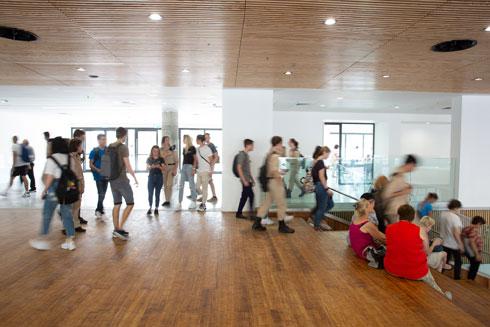 עוברים ונפגשים באולם המרכזי (צילום: דור נבו)