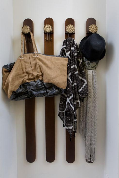 במסדרון מתלה שכיח משנות ה-70 - פסי עץ שבראשם ווי ברזל מעוטרים (צילום: שירן כרמל)