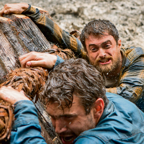 """דניאל רדקליף (מימין) כיוסי גינסברג , ואלכס ראסל בתפקיד קווין גייל בסרט """"בחזרה מטואיצ'י"""""""