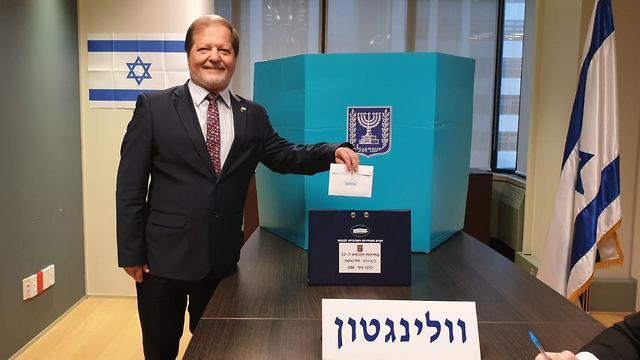 שגריר ישראל בוולינגטון  יצחק גרברג המצביע הראשון בבחירות ניו זילנד קלפי ()