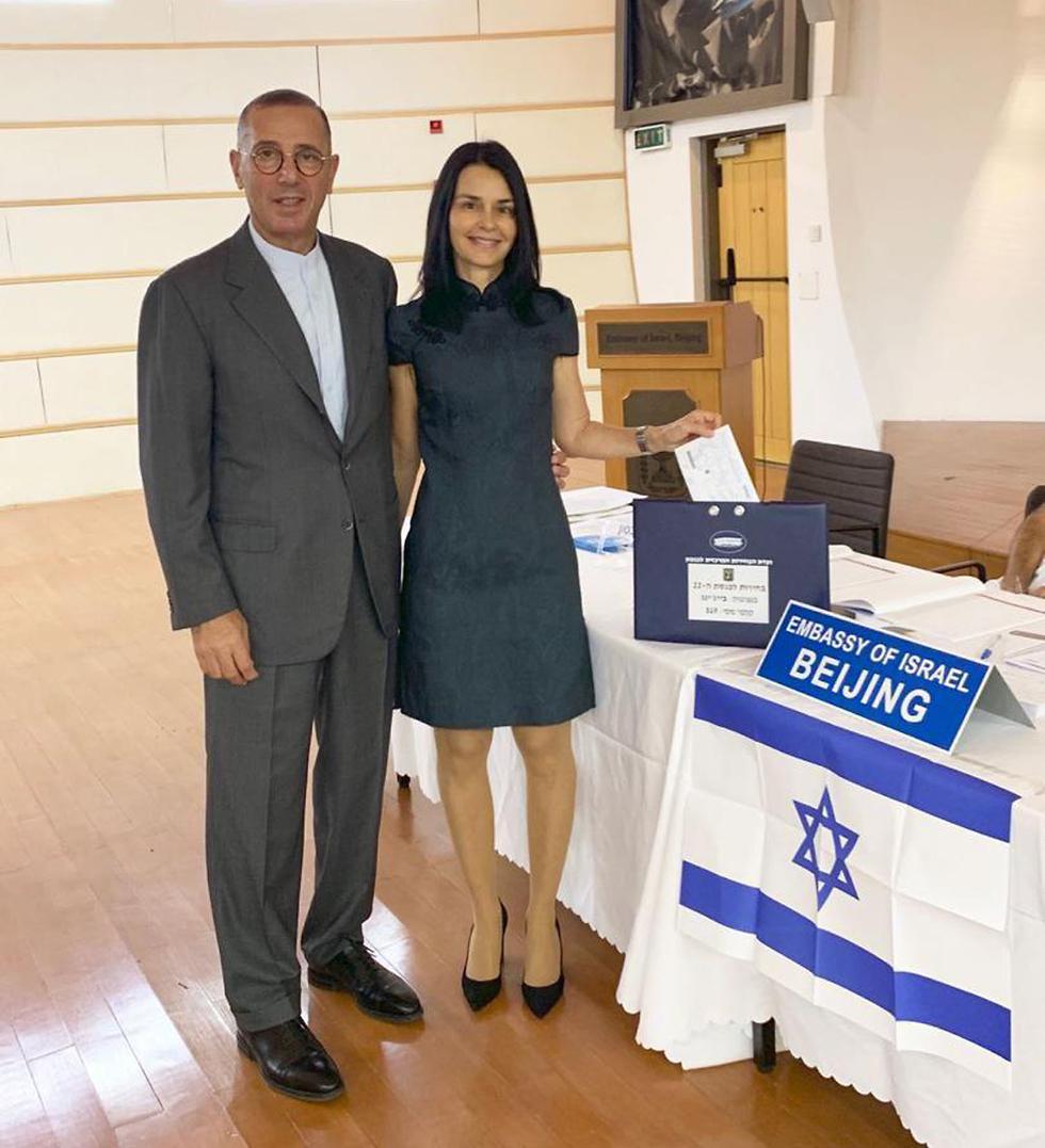 שגריר ישראל בסין צבי חפץ ורעייתו סיגליה מצביעים בקלפי בשגרירות בבייג'ינג ()