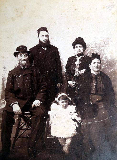 לאה ומשה יעקובסון (מאחור) עם הוריו של משה ובתם הבכורה אהובה (צילום רפרודקוציה: יריב כץ)