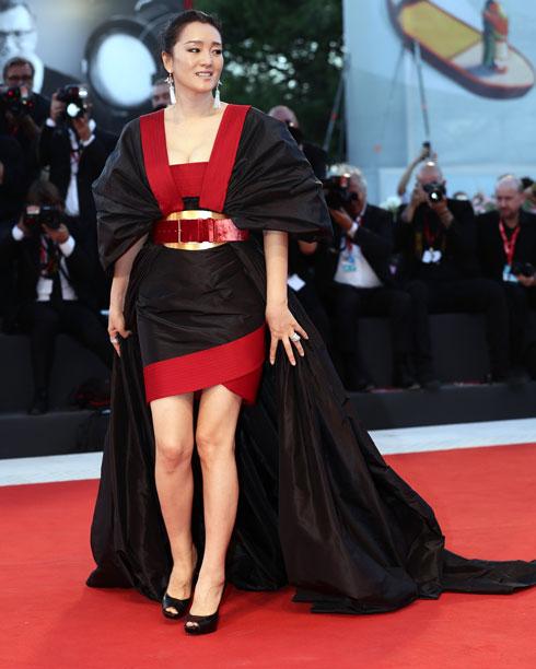 גונג לי לובשת אלי סאאב (צילום: Vittorio Zunino Celotto/GettyimagesIL)