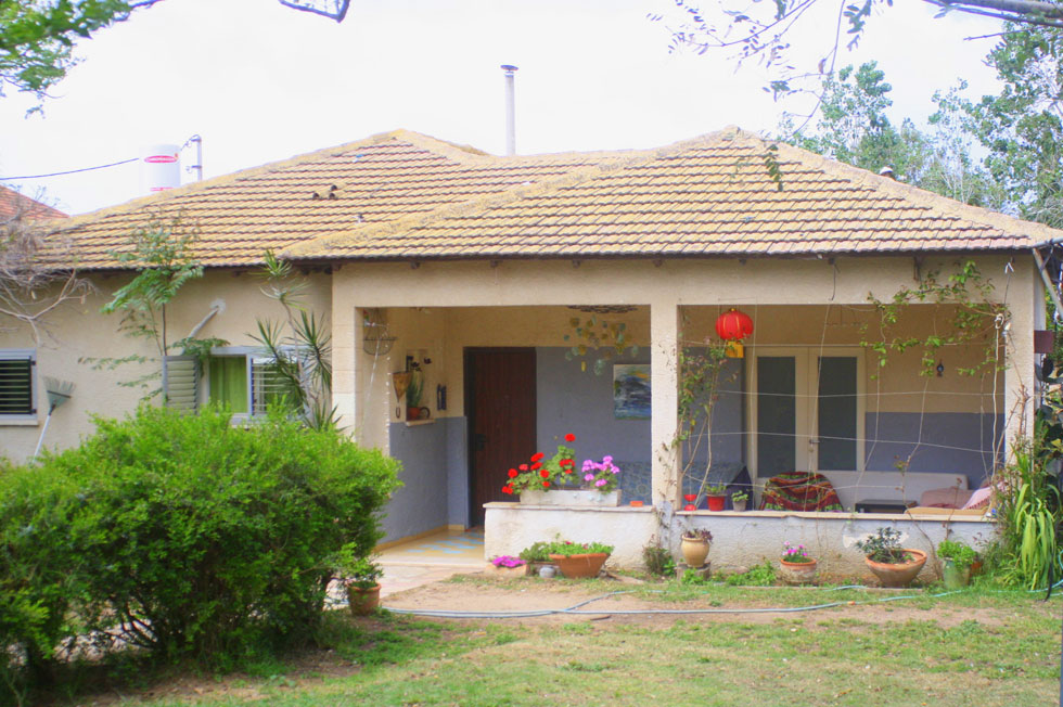הבית הכפרי הישראלי המקורי: קטן, עם גג רעפים אדום ועיצוב מעשי, חסר יומרות (צילום: אדריכלית סיגל בן נון)