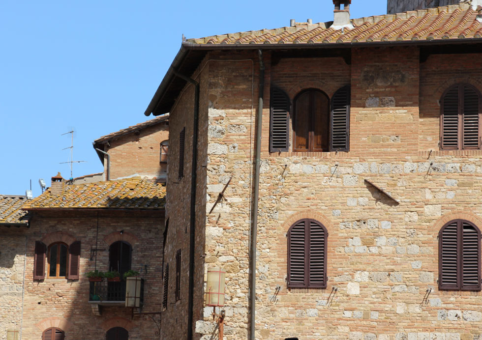 מאפייני האדריכלות הטוסקנית: גג רעפים, קירות אבן ועץ, ותריסים העשויים יחידה אחת גדולה (ולא שלבים-שלבים). אנטיתזה לרהבתנות (צילום: חגית רוט)