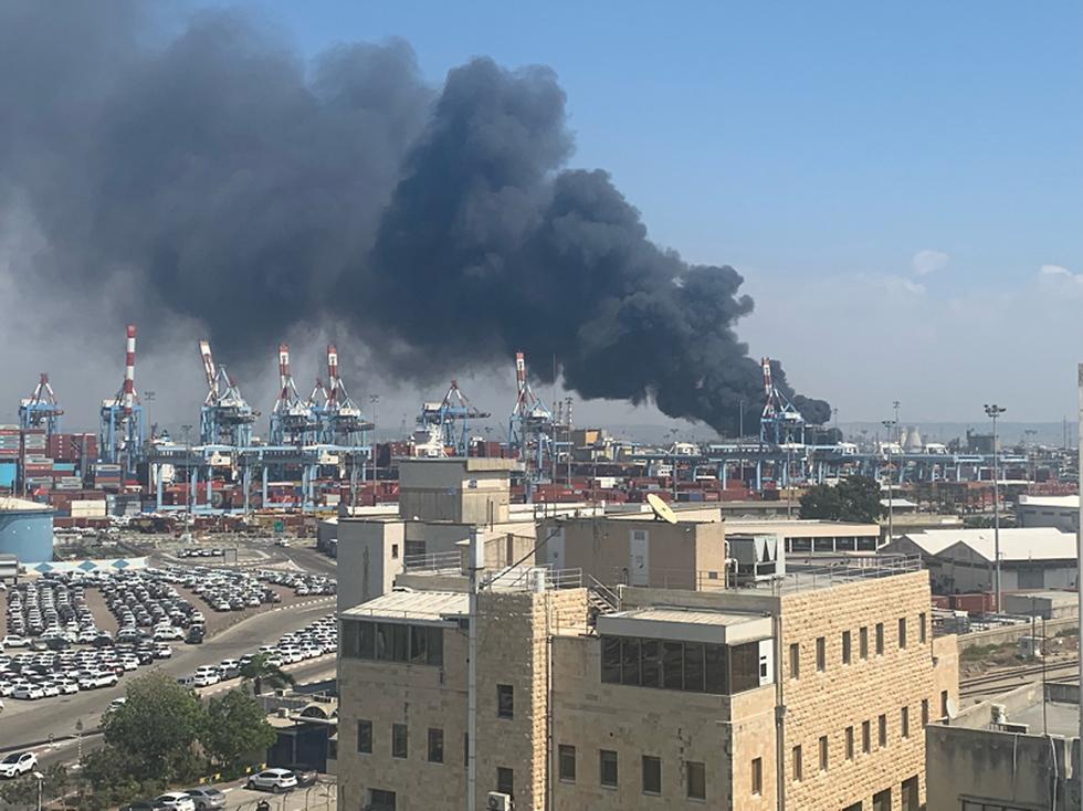 שריפה במפעל שמן בחיפה (צילום: רובין תרביי)