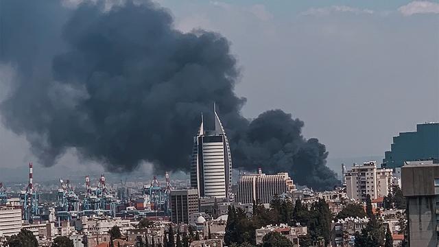 שריפה במפעל שמן בחיפה (צילום: וויסאם רוסטום)