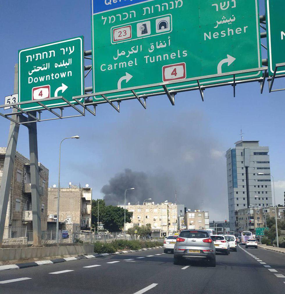 שריפה במפעל שמן בחיפה (צילום: עדן חיימוב)