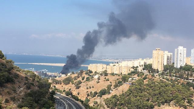 שריפה במפעל שמן בחיפה (צילום: אלכס טקס)