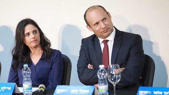 נפתלי בנט איילת שקד מסיבת עיתונאים עם חברי מפגת זהות לשעבר (צילום: טל שחר)