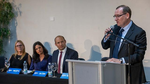 גלעד אלפר מסיבת עיתונאים עם חברי מפגת זהות לשעבר (צילום: טל שחר)