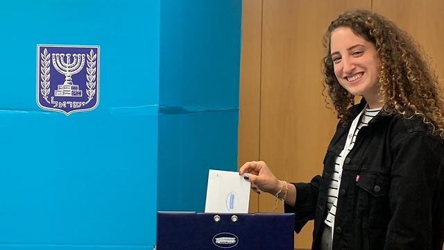 צעירים ישראלים קיבלו אישור חריג להצביע בבחירות למרות שטרם מלאו להם 18 בניהם אביגיל הדר ()