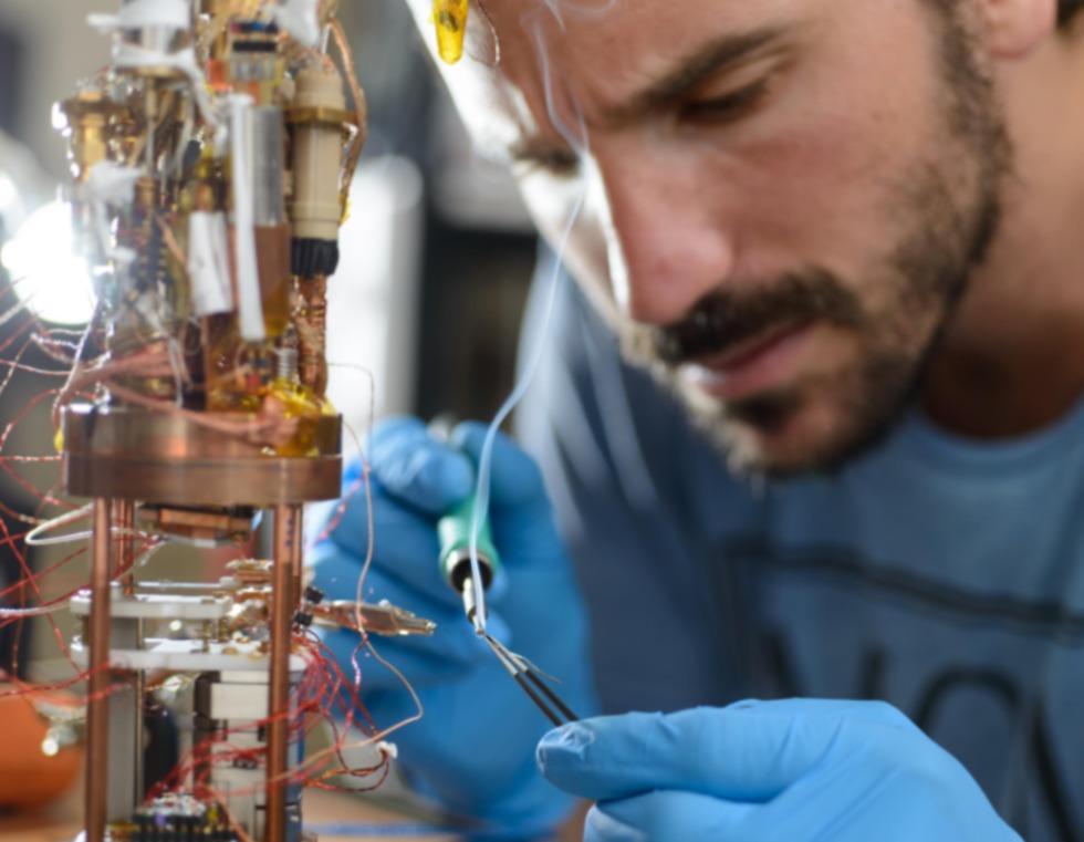 מכינים ניסוי, מיפוי של זרימה חשמלית על ריבוע שצלעו ברוחב של שערה, ותמונה של הדגם והחיישן (צילום: דויד גראב ובינה קליסקי)
