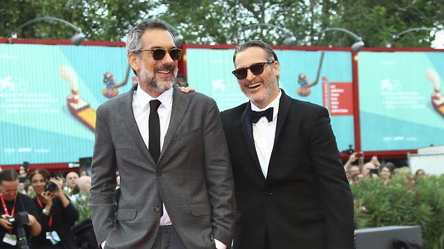 חואקין פיניקס וטוד פיליפס על השטיח האדום בפסטיבל ונציה (צילום: AP)
