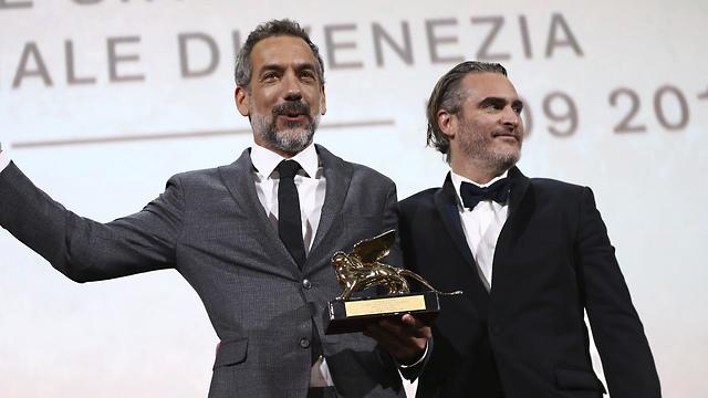 טוד פיליפס וחואקין פיניקס עם הפרס הגדול (צילום: AP)