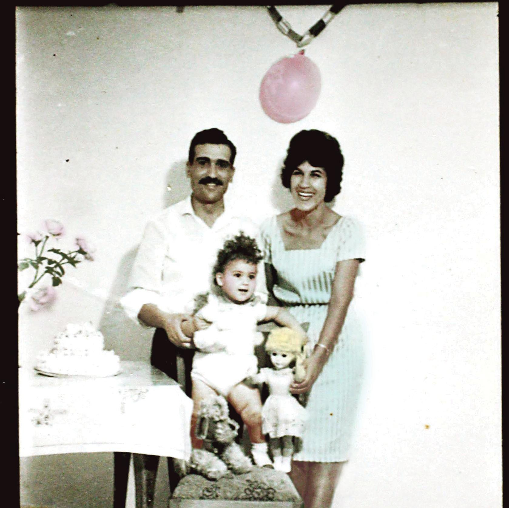 כהן עם אשתו נאדיה ובתם הבכורה סופי, באחת מהגיחות שלו לארץ. המכתבים למשפחה נכתבו מראש