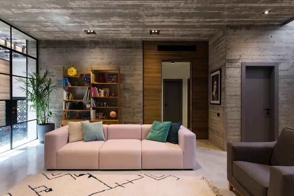 חצר חפורה מחדירה אור אל קומת המרתף, ומאפשרת למקם בה פינת משפחה גדולה ונוחה. עיצוב: נוי כהן. לחצו לכתבה (צילום: שירן כרמל)