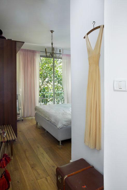 שמלת הכלה תלויה בחדר השינה (צילום: ענבל מרמרי)