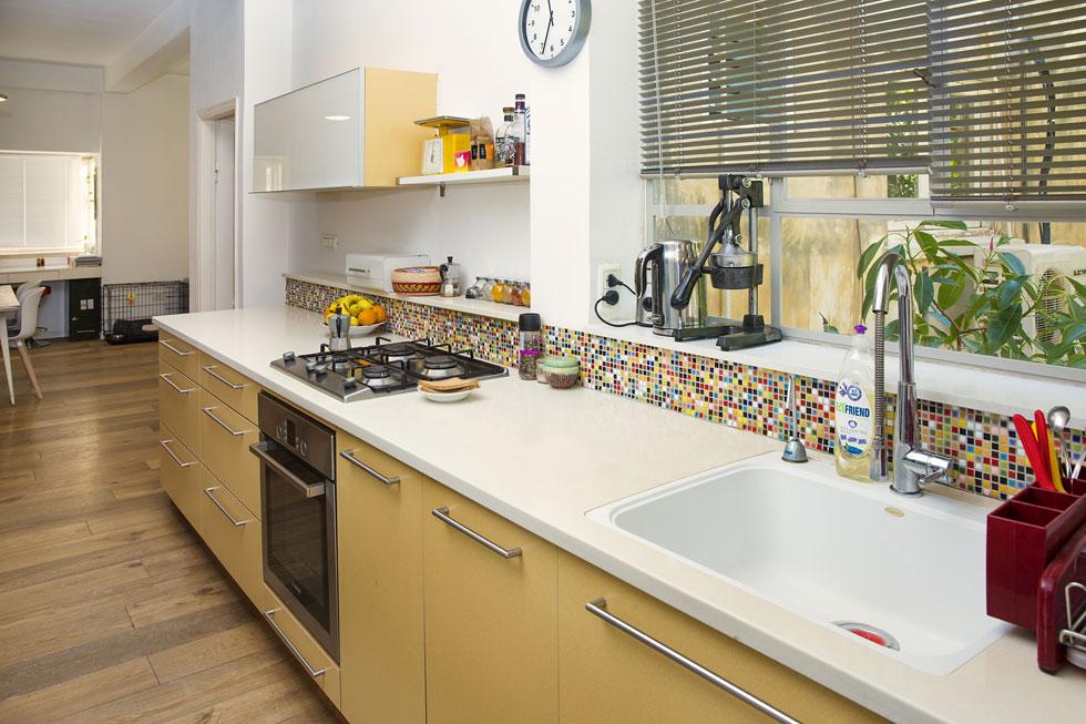 """""""אני אגרנית בנטייה שלי, אוהבת לאסוף חפצים ולא זורקת כלום, אבל עם השנים עמי לימד אותי לנקות ולשחרר. במקביל גם התפישה הצרכנית שלי השתנתה, אני לא צריכה הרבה חפצים סביבי"""". המטבח (צילום: ענבל מרמרי)"""