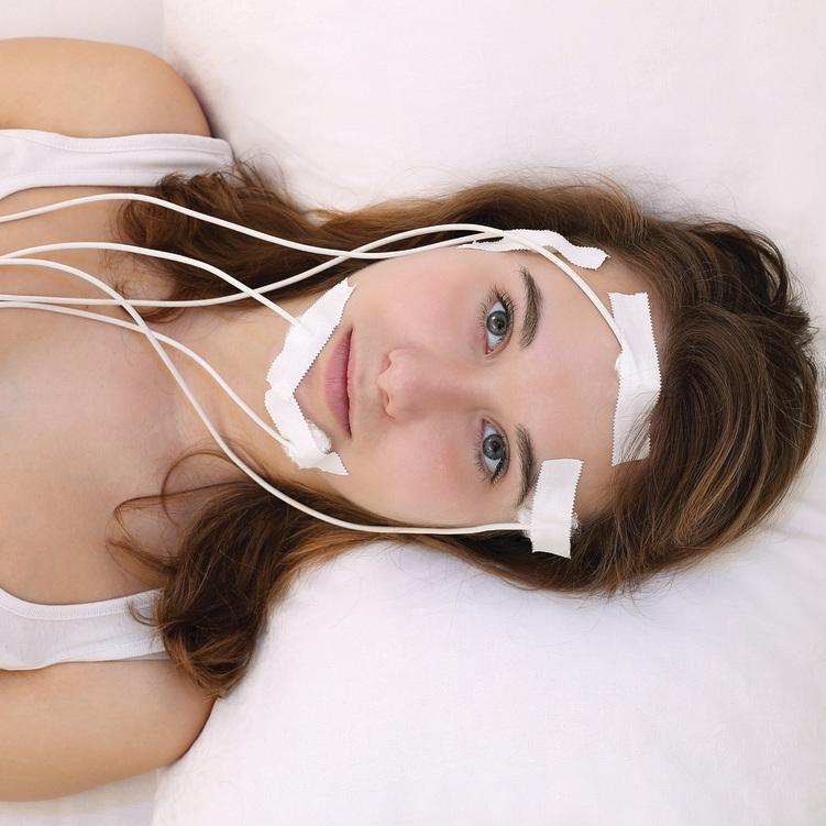 """במעבדת שינה. """"היגיינת שינה"""" כוללת שינה בשעות קבועות והימנעות ממסכים לפני המיטה"""