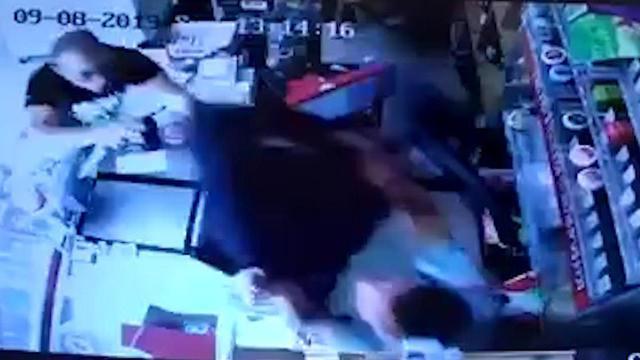 תיעוד ניסיון פיגוע דקירה בכרמיאל (צילום: מצלמות אבטחה בחנות המכולת)