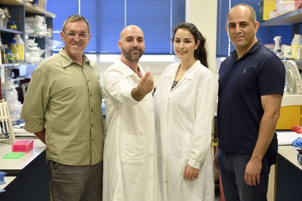 קבוצת המחקר. מימין לשמאל: פרופ' רועי עמית, ענבל וקנין, ליאון ענבי ופרופ' זהר יכיני (צילום: רמי שלוש, דוברות הטכניון)