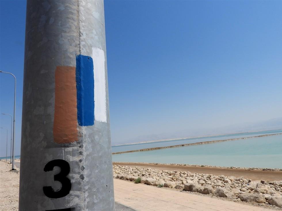 סימון שביל ישראל ליד ים המלח (צילום: דב גרינבלט, החברה להגנת הטבע)