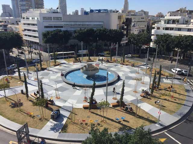 В современном виде площади сочетается прошлое и будущее. Фото с выставки: братья Сорег