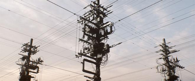 אנטנות ועמודי חשמל עצומים, כחלק מדימוי עירוני חזק שהופך לצורות קליידוסקופיות גרפיות, בסרטון הכתוביות המסורתי של פסטיבל ''אוף ברצלונה''. עבודה של כריס בייר (צילום: Chris Bjerre)