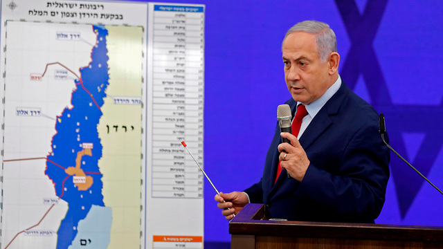 Prime Minister Benjamin Netanyahu shows his intended annexation map   (צילום: AFP)