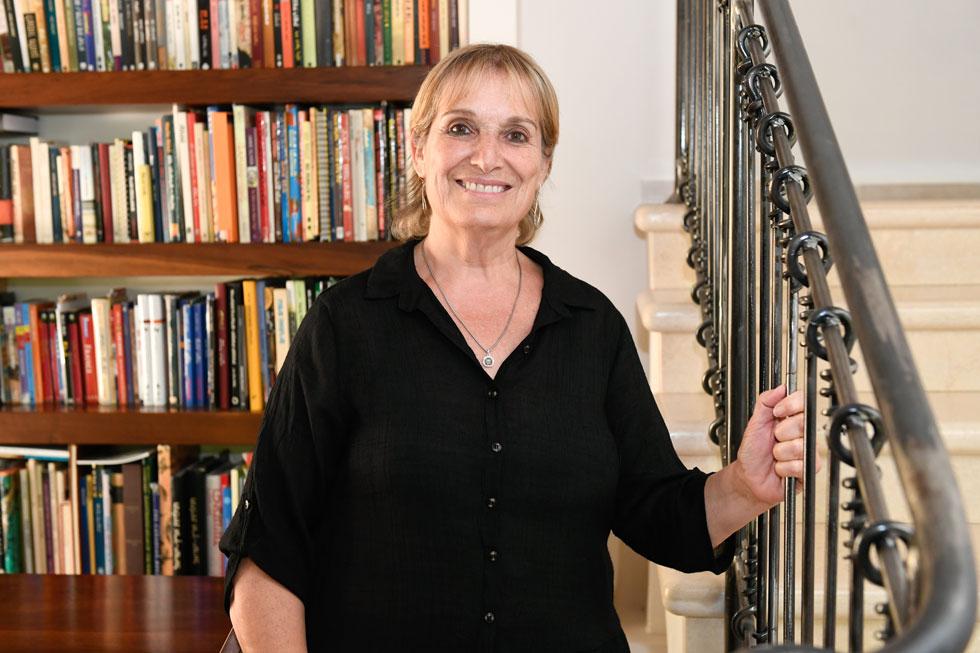 """זהבה חן-טוריאל בביתה שברעות. """"התחום  לא מטופל מספיק, כך שלציבור אין מספיק מודעות להיסטוריה ולתרבות של מגורשי ספרד"""" (צילום: חורחה נובומינסקי)"""