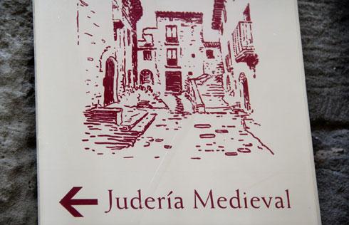 """שלט שמפנה לרובע היהודי בעיר סוס דל ריי קתוליקו בספרד. """"געגוע הביתה, לריחות ולצלילים"""" (צילום: אורי וזהבה חן)"""