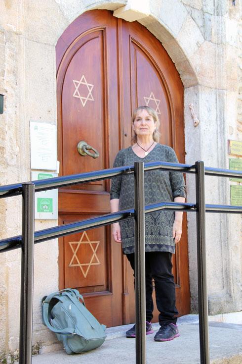 """חן-טוריאל בכניסה לבית כנסת ברודוס. """"גיליתי הרבה צאצאים של משפחתי"""" (צילום: אורי וזהבה חן)"""