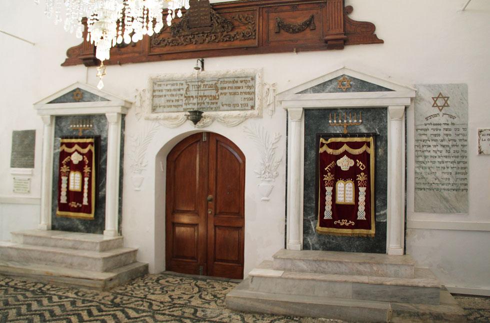 """בית הכנסת """"קהל שלום"""" ברודוס, שבכניסתו יש שלט שמוקיר את תרומתם של בני משפחת טוריאל לקהילה היהודית (צילום: אורי וזהבה חן)"""