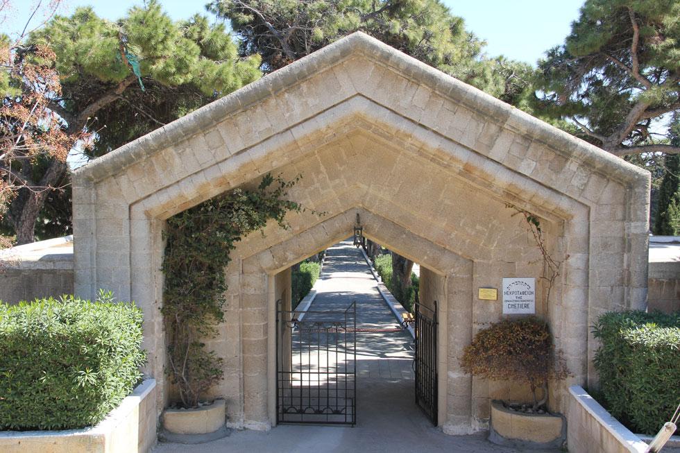 """הכניסה לבית הקברות היהודי ברודוס. """"סיפורי הגלות נשמעו לי כמו פנטזיות"""" (צילום: אורי וזהבה חן)"""