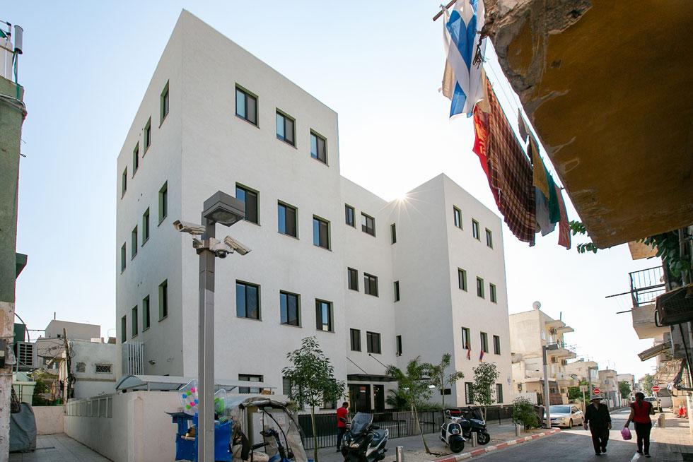 הבניין ברחוב חנוך 24 בשכונת התקווה. אחרי 10 שנים שעמד נטוש, נחנך מחדש כמעונות סטודנטים (צילום: דור נבו)